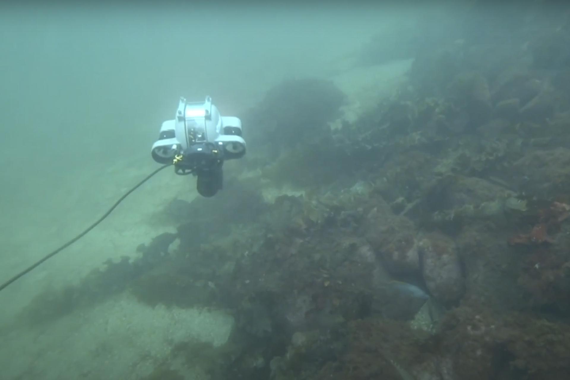 Drone under vann som leter etter plast