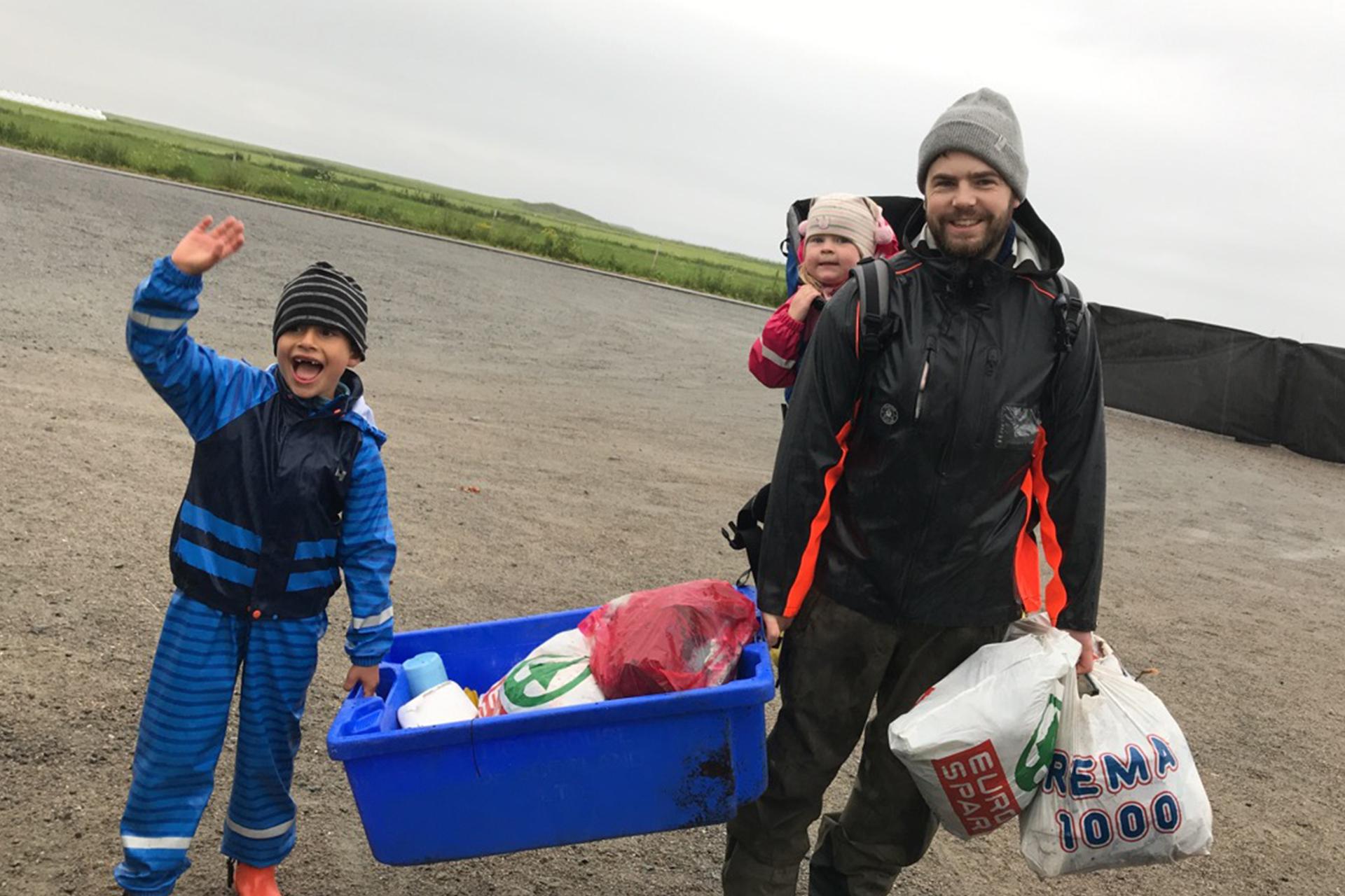 Familie betaler inngangsbillett med plastsøppel