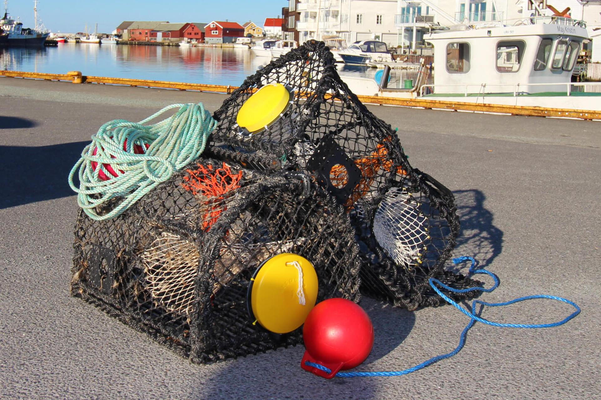Fiskeredskap på land med flottør