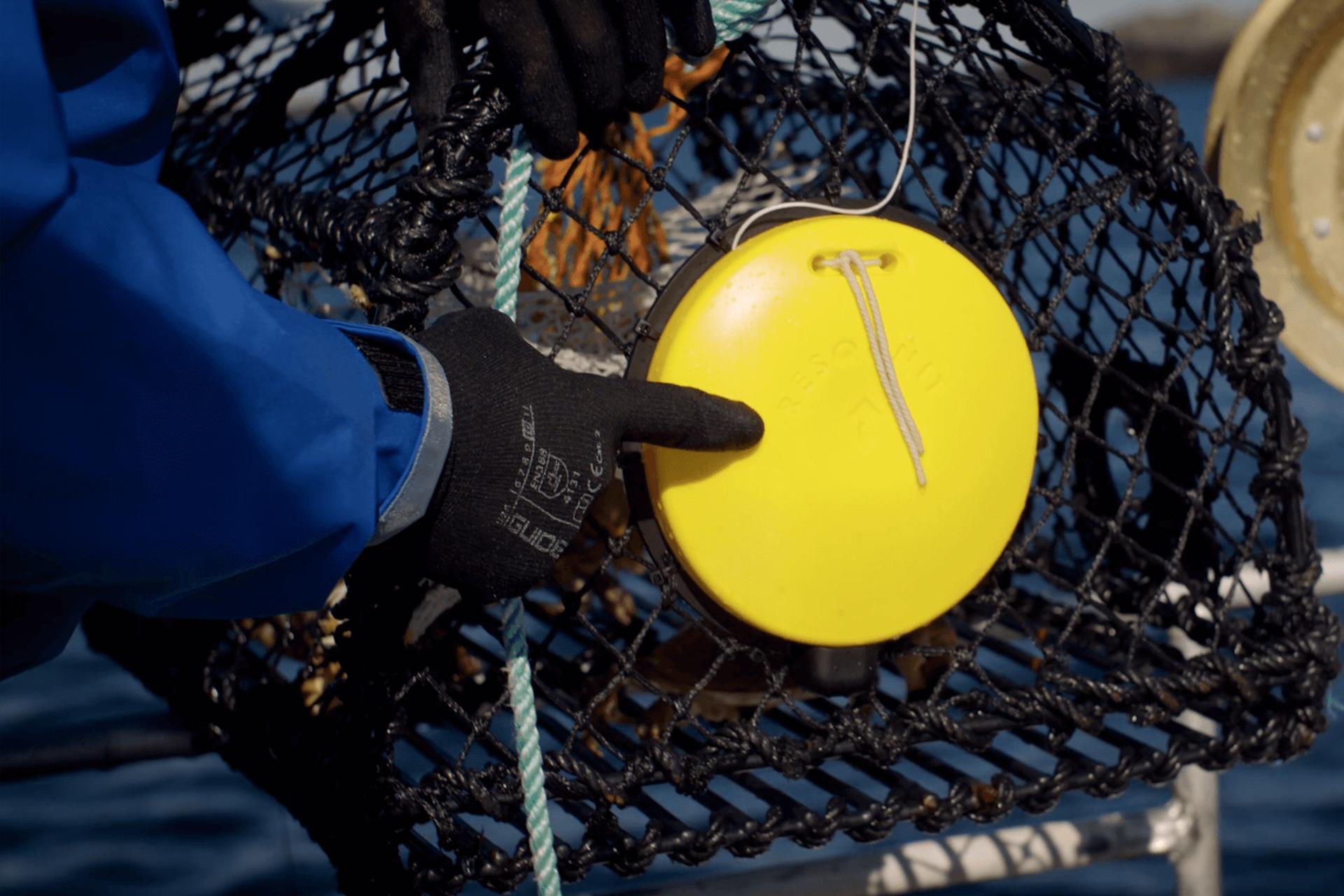 Peker på flottør som er festet på fiskeredskap