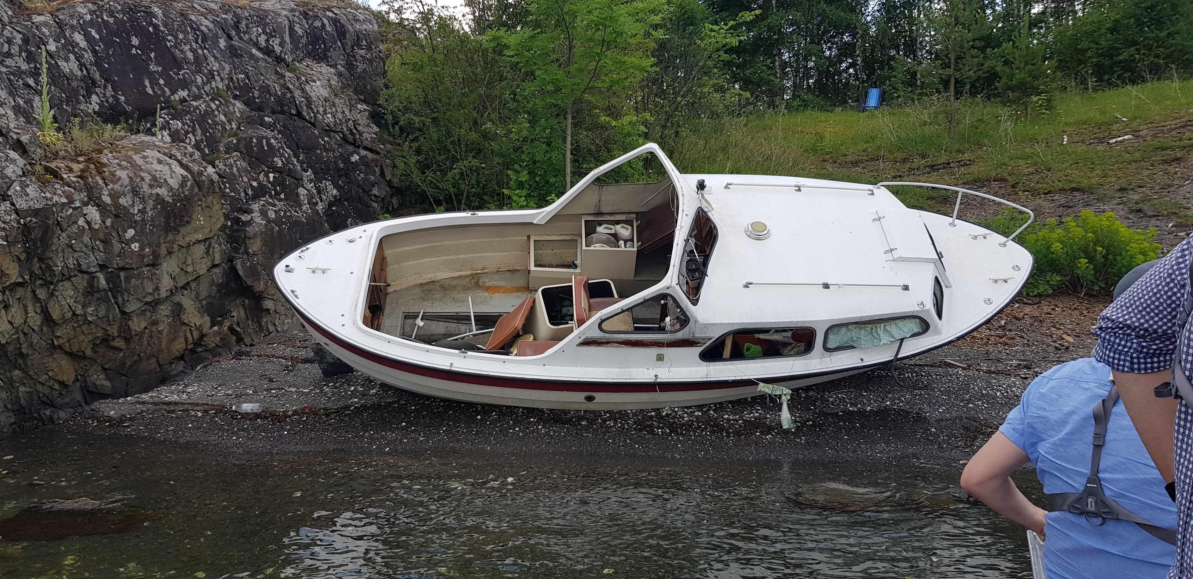 Utgåtte båter blir forlatt på øde strender eller gjort hull på slik at de synker på havets bunn. Dette er et problem i hele landet.