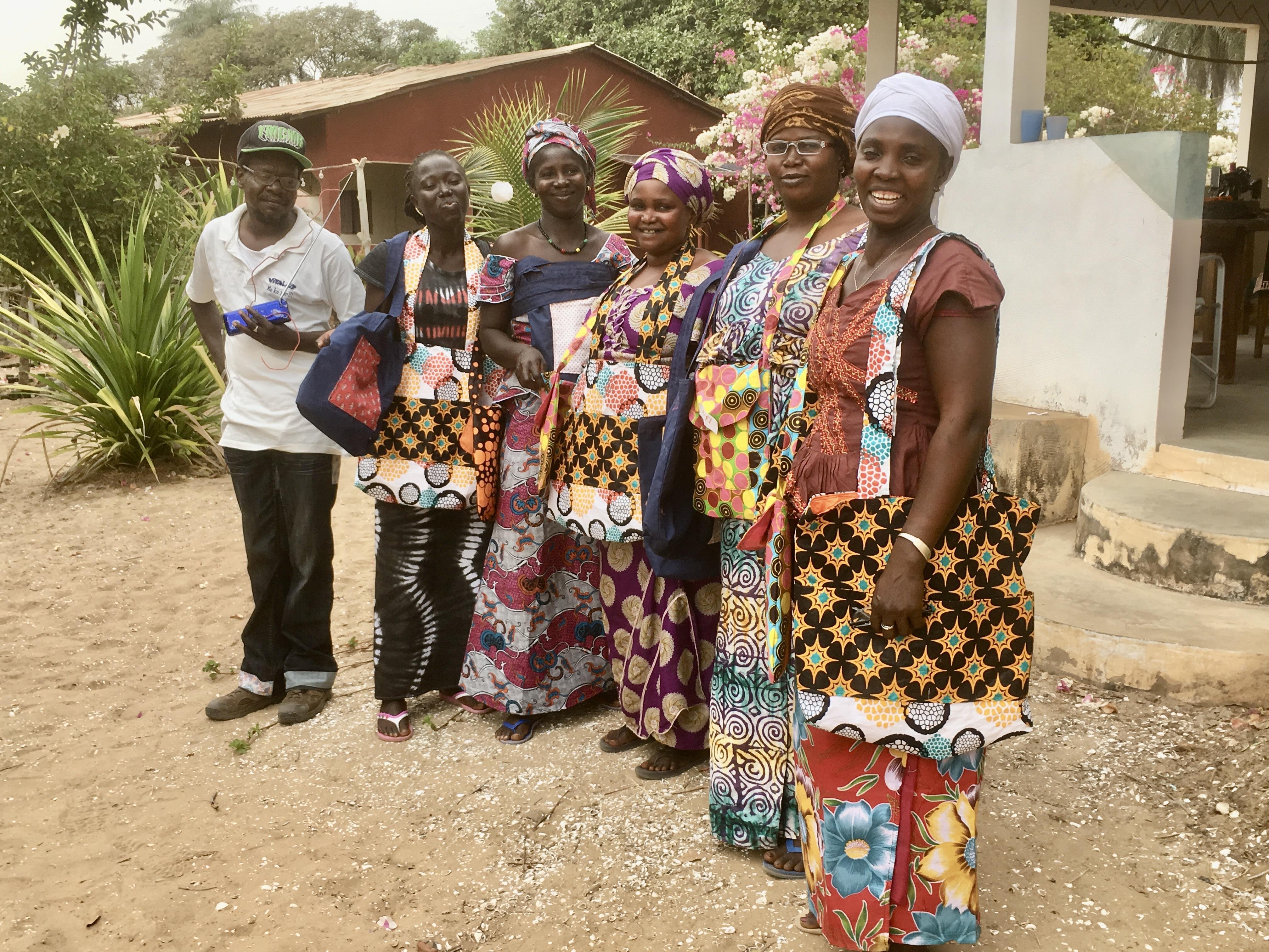 16 kvinner syr og selger handlenett av tøy på markeden. Nettene erstatter plastposer.