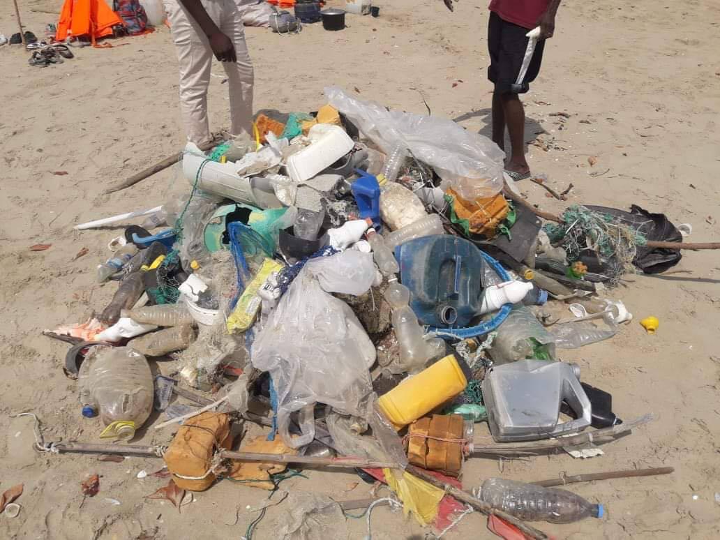 Haug med plastsøppel på en strand i Senegal