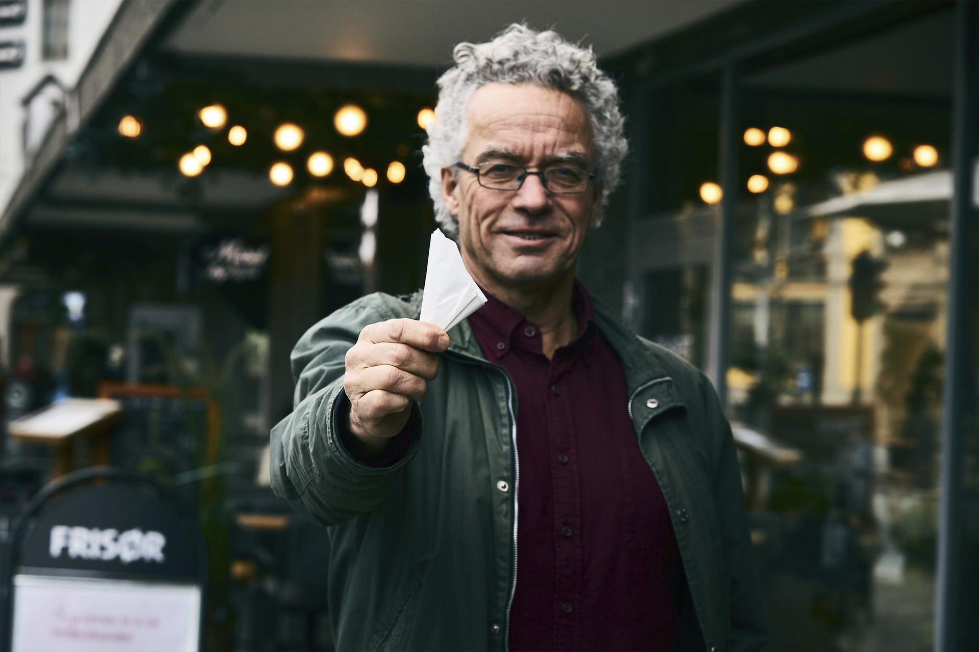 Rasmus Hansson viser frem en lommepose
