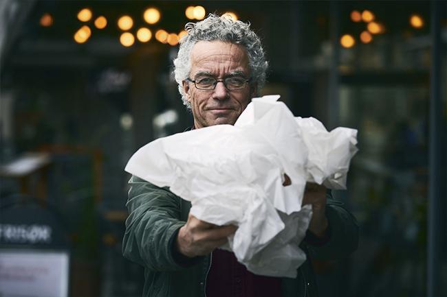 Rasmus Hansson holder plastbæreposer