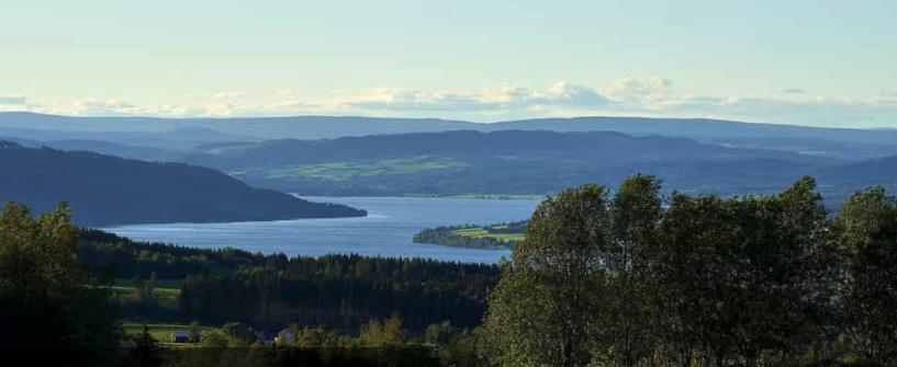 Bilde av norsk natur, daler og en elv