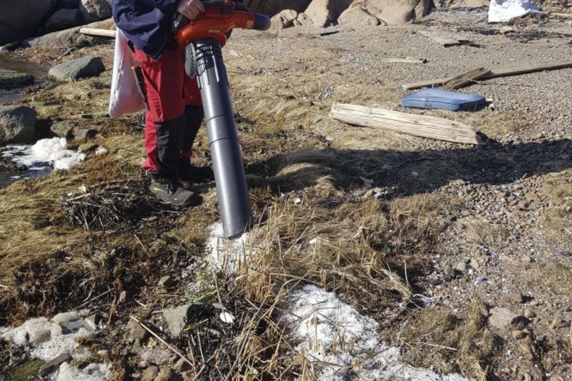 Ryddeapparatet støvsuger stranden for plastpellets