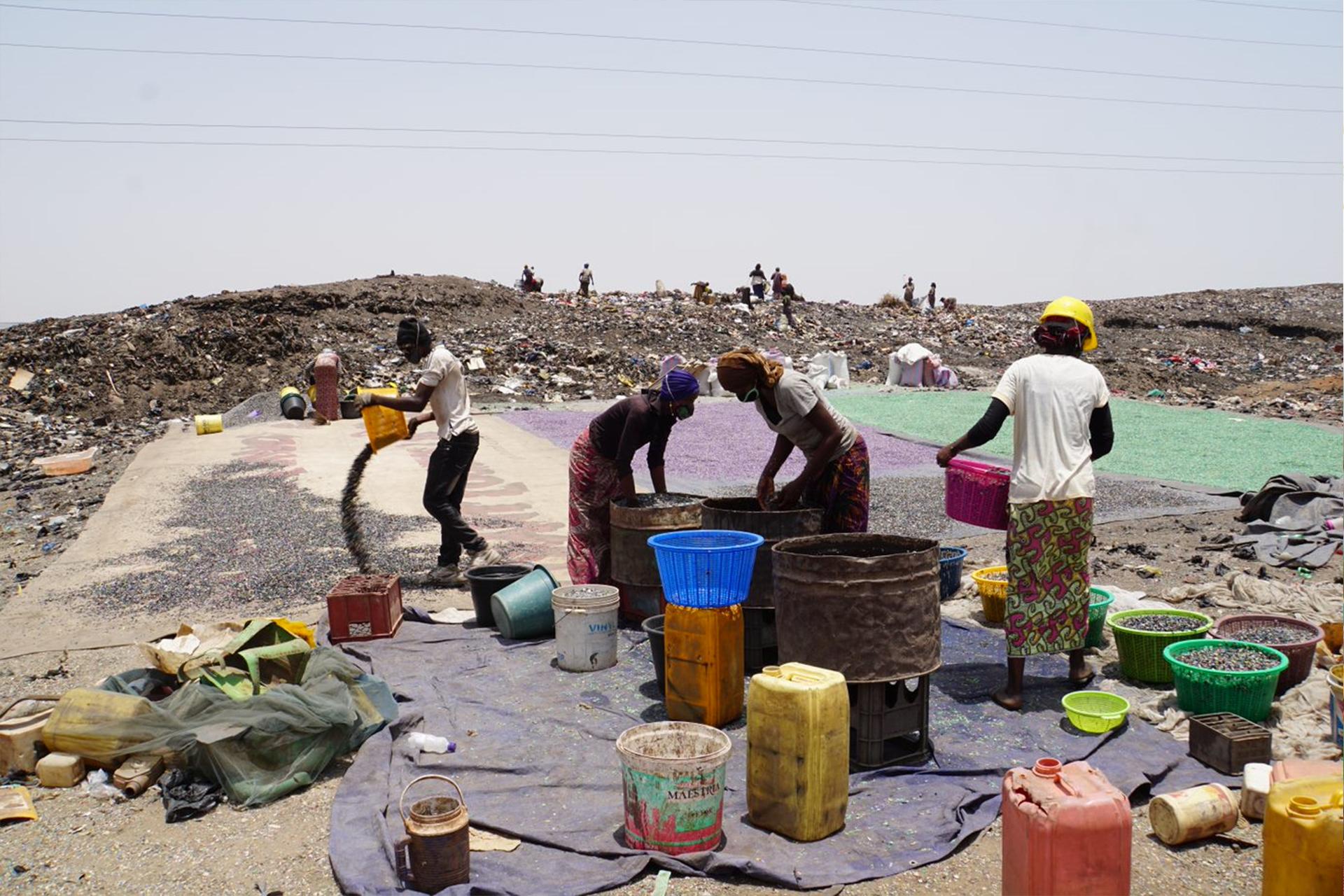 Kvinner og unge samler inn plastsøppel til gjenvinning