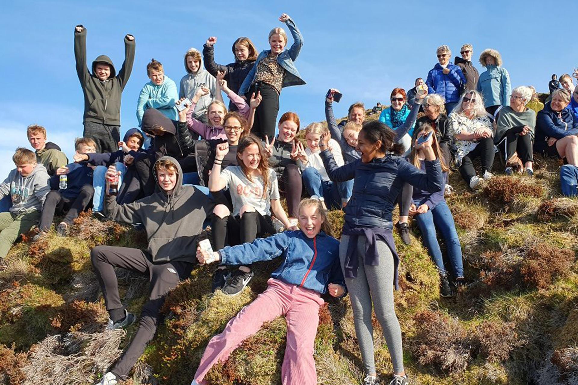 Ungdommene som ryddet plastsøppelet som ble brukt til å lage plastkrabben